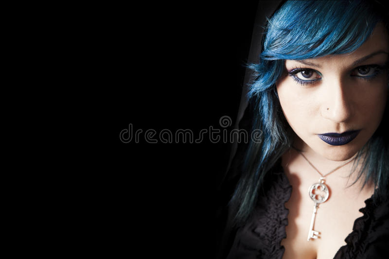 Ungt härligt flickablåtthår och smink Frigör bakgrund för vänstersidautrymmesvart royaltyfri fotografi