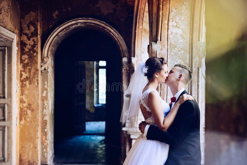 Ungt härligt krama för nygifta personer royaltyfria bilder