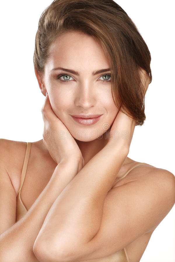Ungt härligt modellslut som poserar upp för perfekt hud royaltyfri fotografi