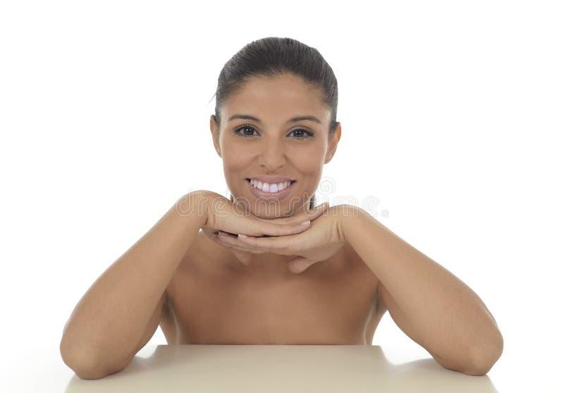 Ungt härligt och exotiskt latinamerikanskt le för kvinna som är lyckligt, och avkopplat som isoleras på vit arkivfoton