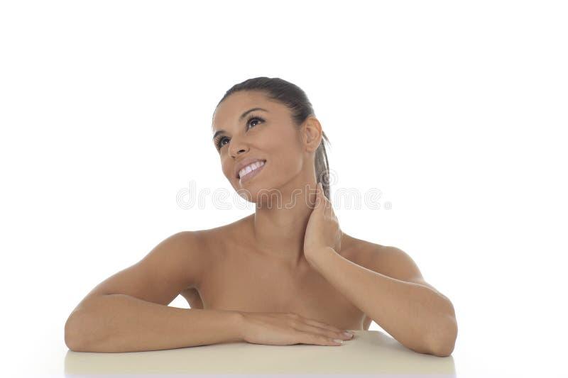 Ungt härligt och exotiskt latinamerikanskt le för kvinna som är lyckligt, och avkopplat som isoleras på vit arkivfoto