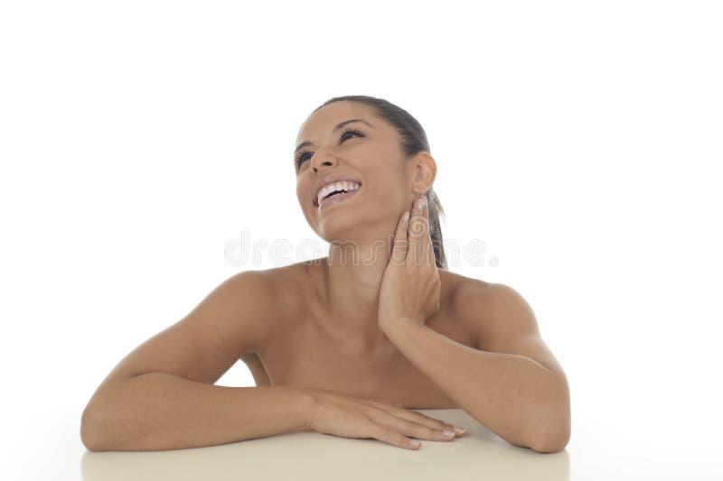 Ungt härligt och exotiskt latinamerikanskt le för kvinna som är lyckligt, och avkopplat som isoleras på vit arkivbild