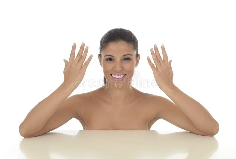 Ungt härligt och exotiskt latinamerikanskt le för kvinna som är lyckligt, och avkopplat som isoleras på vit fotografering för bildbyråer