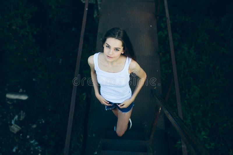 Ungt härligt posera för flicka arkivfoto