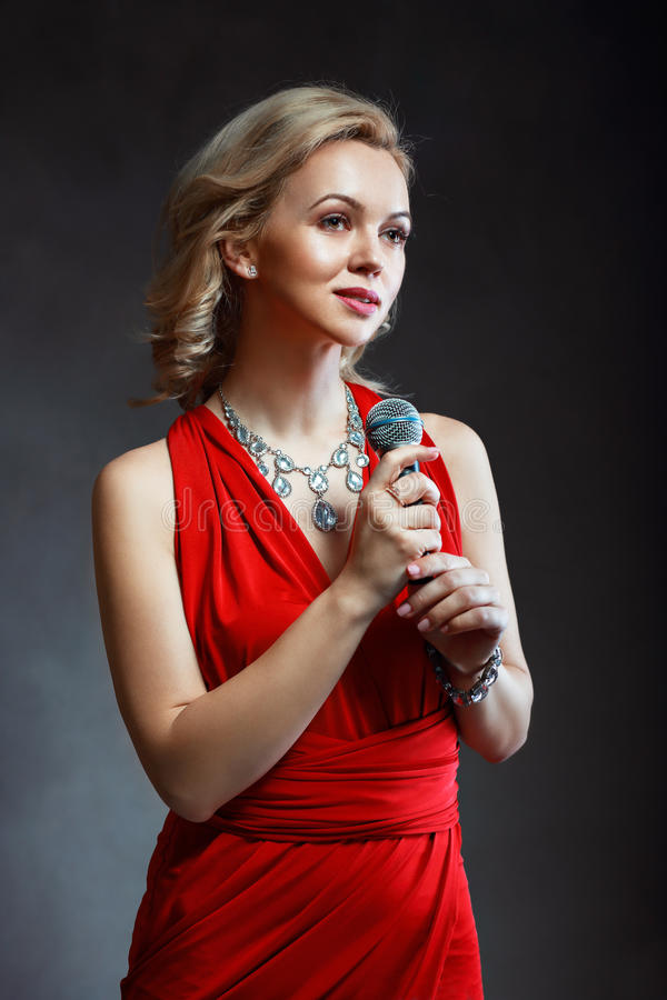 ungt härligt sjunga för kvinna royaltyfri foto