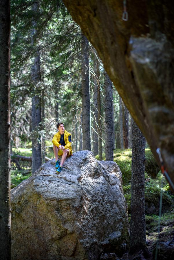 Ungt handelsresandemansammanträde på en vagga i scandinavian forestTra royaltyfria foton