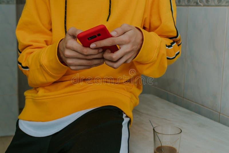 Ungt hemmastatt med mobilen royaltyfri bild