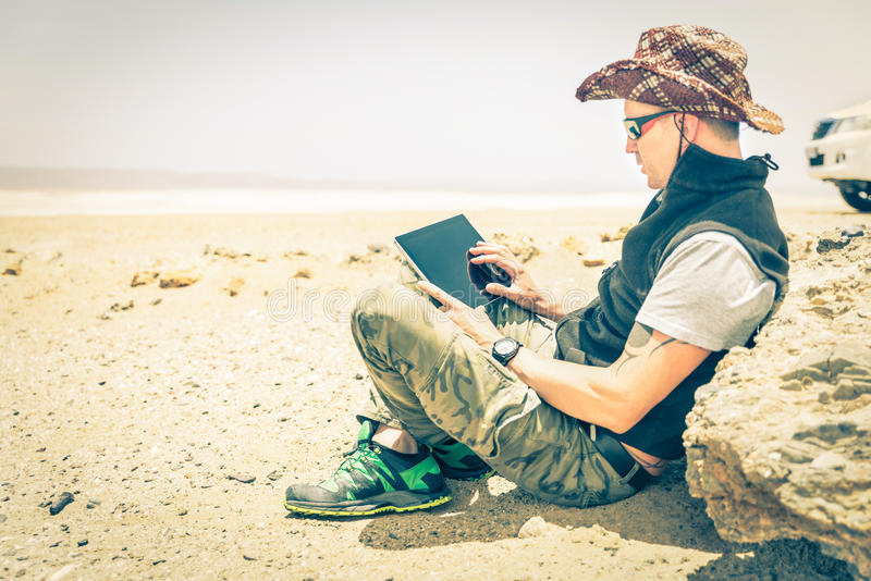 Ungt hipstermansammanträde i ökenväg - teknologibegrepp arkivbild