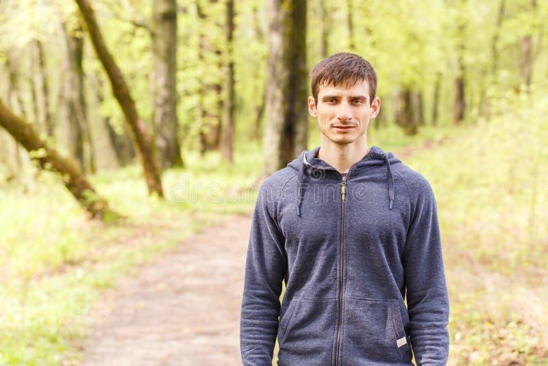Ungt idrottsmananseende på slinga, når att ha joggat fotografering för bildbyråer
