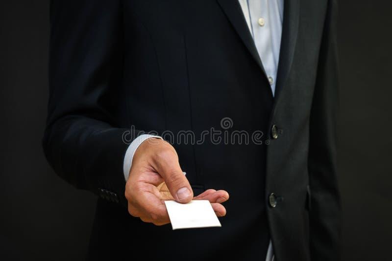 Ungt kort för affär för manhänder ut tomt från facket av hans s royaltyfri fotografi