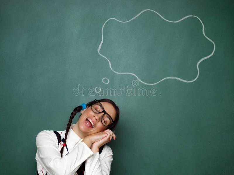 Ungt kvinnligt dagdrömma för nerd royaltyfria bilder