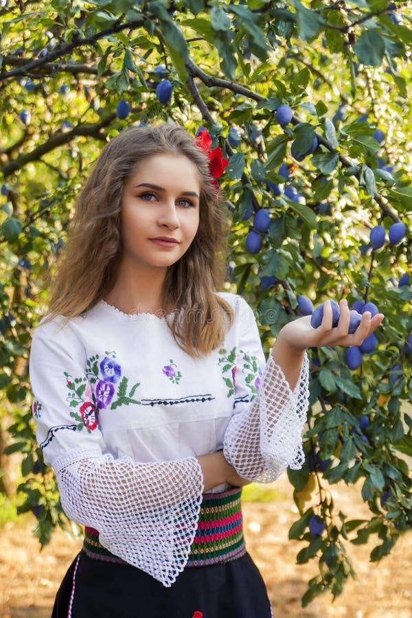Ungt kvinnligt posera i traditionell serb arkivfoton
