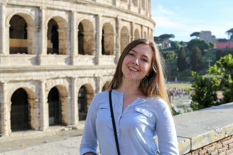 Ungt kvinnligt turist- anseende nära Colosseum i Rome, Italien arkivbilder