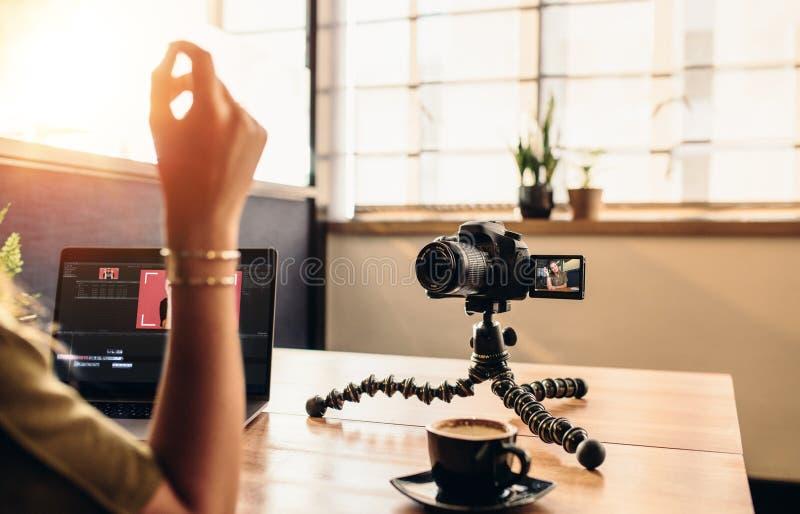 Ungt kvinnligt vloggerinspelninginnehåll för hennes vlog medan editin royaltyfri foto