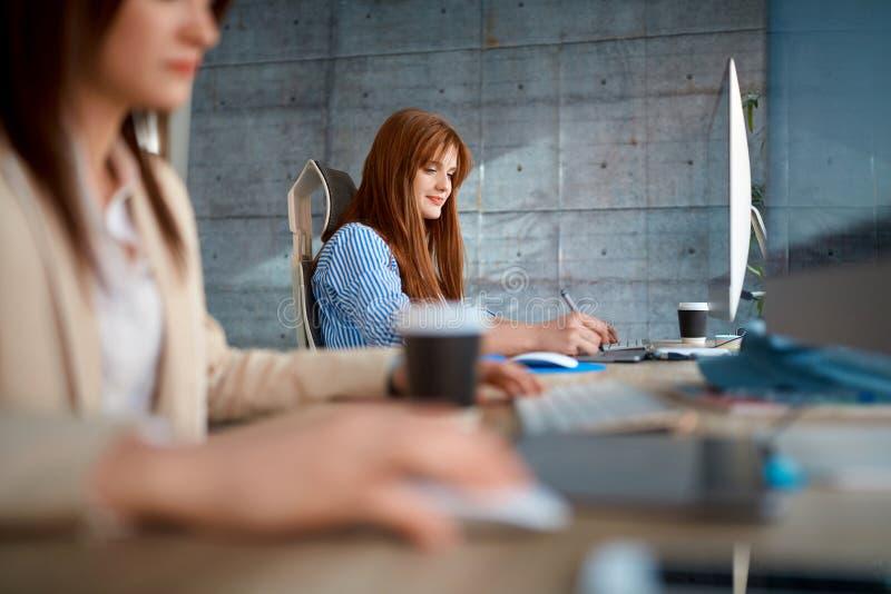 Ungt lag som arbetar på kontoret - kvinnligt arbeta för formgivare fotografering för bildbyråer