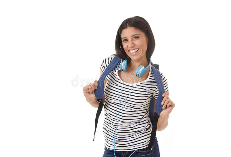 Ungt le för ryggsäck för härlig och moderiktig latinsk studentflicka som bärande är lyckligt och som är säkert arkivfoton