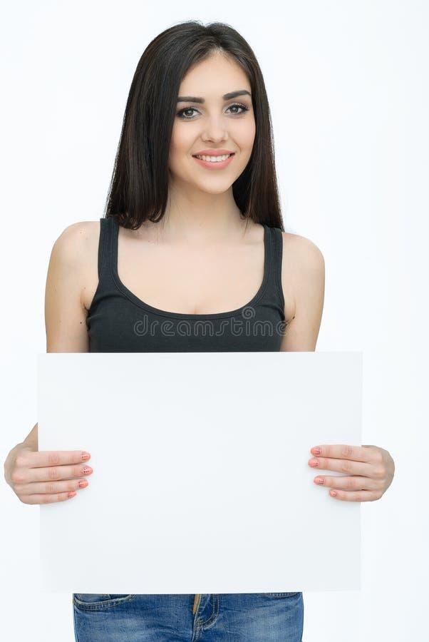Ungt le kort eller papper för kvinnashow tomt royaltyfri bild