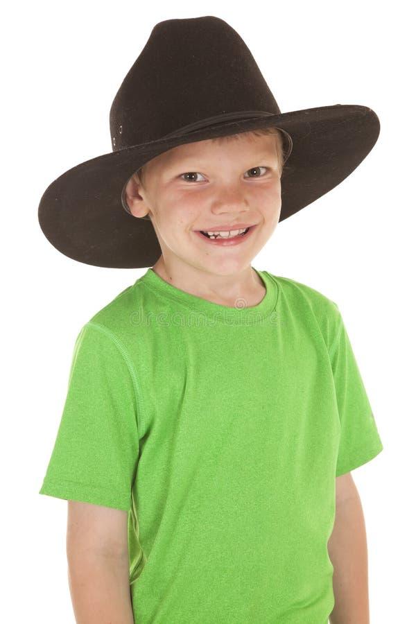 Ungt leende för hatt för cowboy för pojkegräsplanskjorta fotografering för bildbyråer