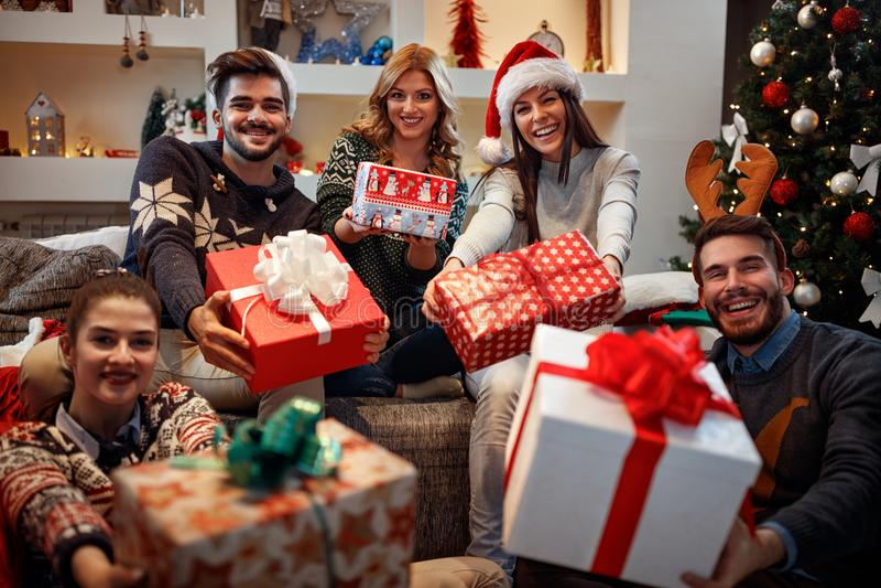 Ungt lyckligt folk med gåvor för jul royaltyfria foton