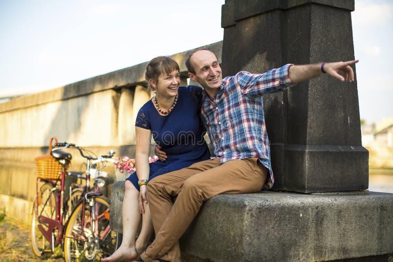 Ungt lyckligt parsammanträde på en gammal sommarpromenad Förälskelse fotografering för bildbyråer