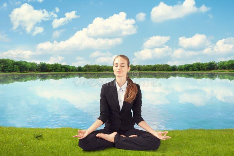 Ungt meditera för affärskvinna royaltyfri fotografi