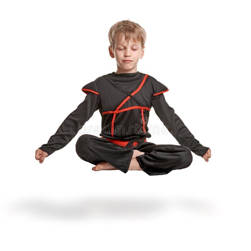 Ungt meditera för ninja arkivfoto