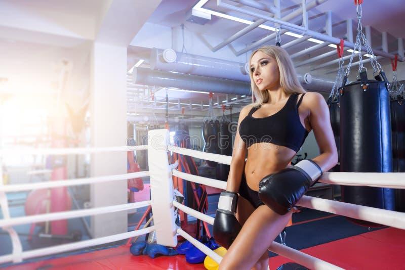 Ungt nätt boxarekvinnaanseende på cirkeln royaltyfria bilder