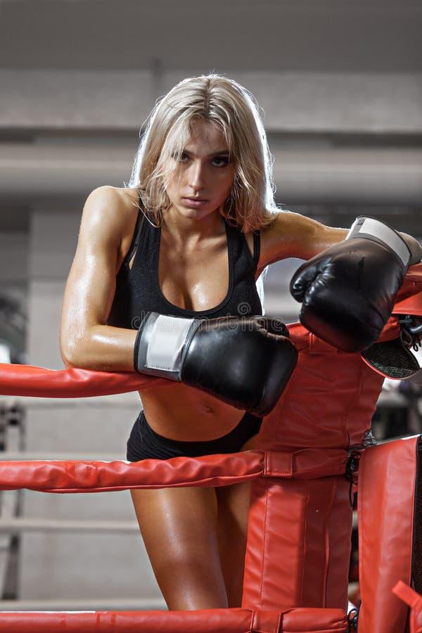 Ungt nätt boxarekvinnaanseende på cirkeln royaltyfri foto