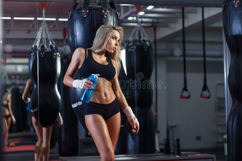 Ungt nätt boxarekvinnaanseende på cirkeln royaltyfri fotografi
