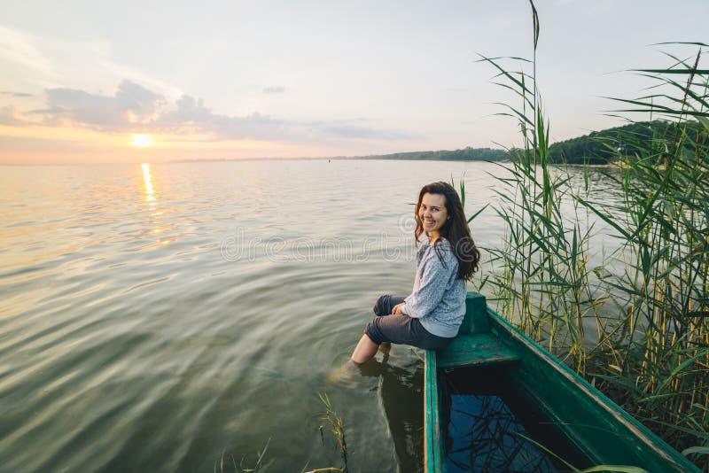 Ungt nätt kvinnasammanträde på den gamla anfall- och tycka omsikten av soluppgång fotografering för bildbyråer