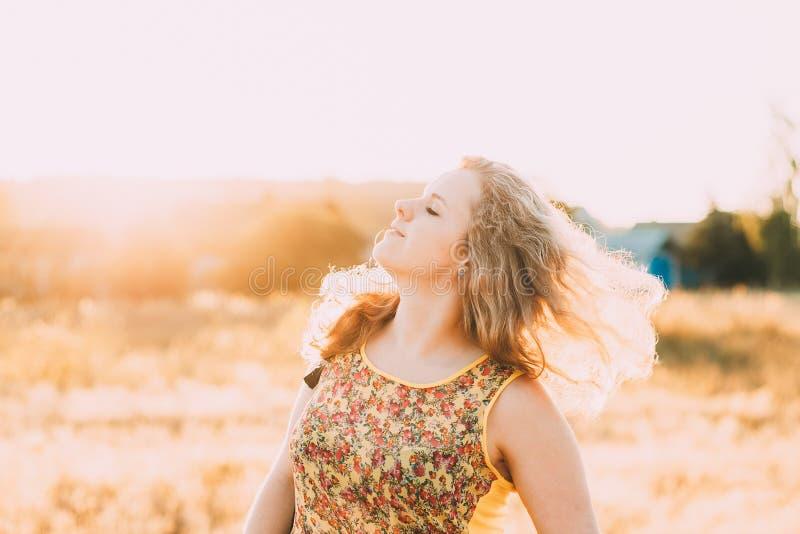 Ungt nätt plus för flickakvinna för format Caucasian lycklig le skratta dans i sommaräng Gyckel tycker om utomhus- sommar arkivfoton