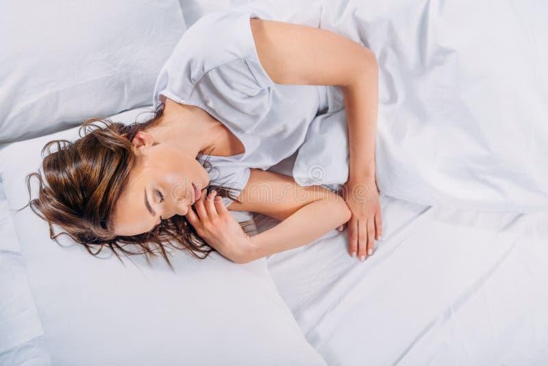 ungt nätt sova för kvinna arkivfoton