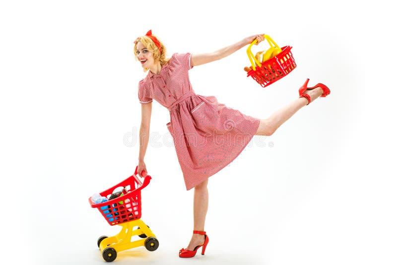 Ungt och bekymmerslöst Teknologier gör att shoppa lättare Full shopping den lyckliga retro kvinnan går att shoppa förtjust kvinna royaltyfri fotografi