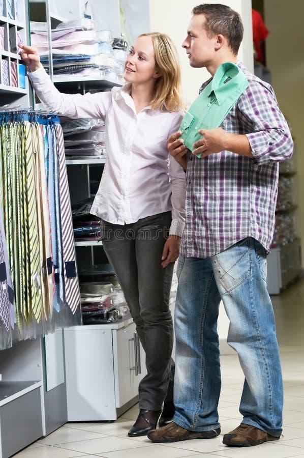 Ungt parfolk på att shoppa för kläder royaltyfri bild