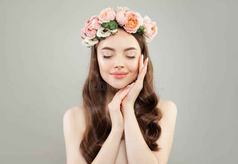 Ungt perfekt koppla av för kvinna Spa modell med klar hud, långt hår och blommor Avkoppling aromatherapy arkivfoton