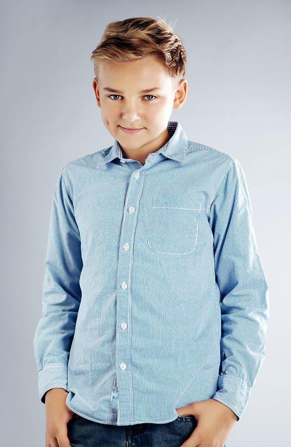 Ungt posera för tonårs- pojke arkivfoto