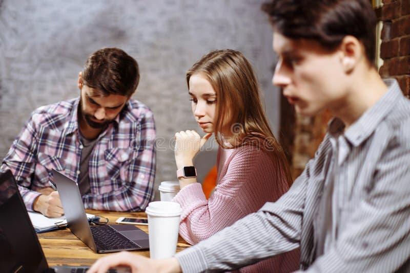 Ungt professionellarbete i modernt kontor Affärsbesättning som arbetar med start arkivfoton