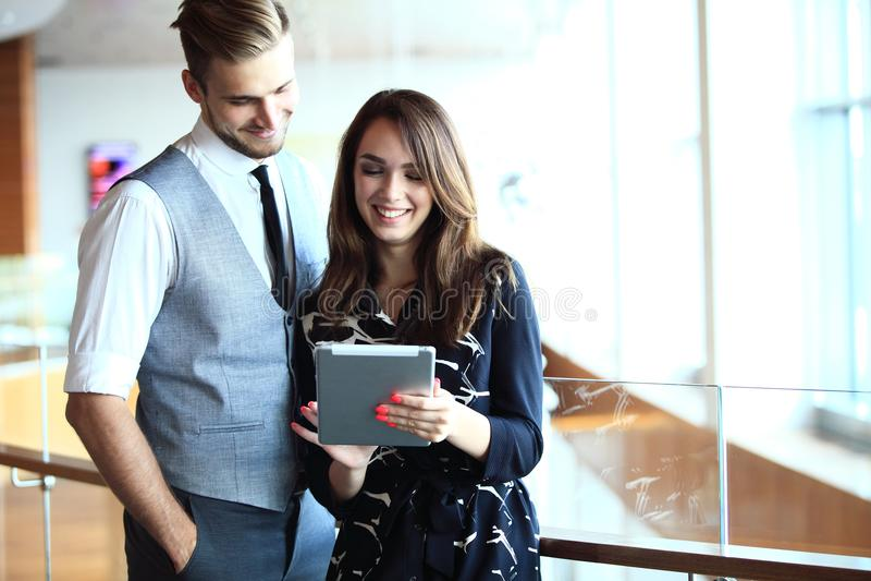 Ungt professionellarbete i modernt kontor Affärsbesättning som arbetar med start royaltyfria foton