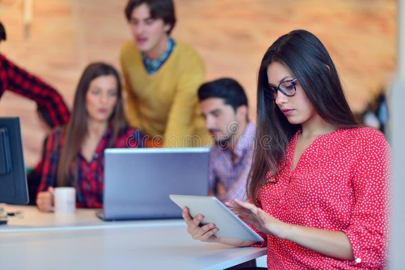 Ungt professionellarbete i modernt kontor Diskutera för lag för projektchef arkivbild
