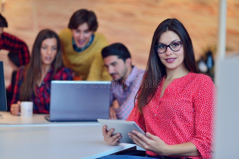Ungt professionellarbete i modernt kontor Diskutera för lag för projektchef arkivbilder
