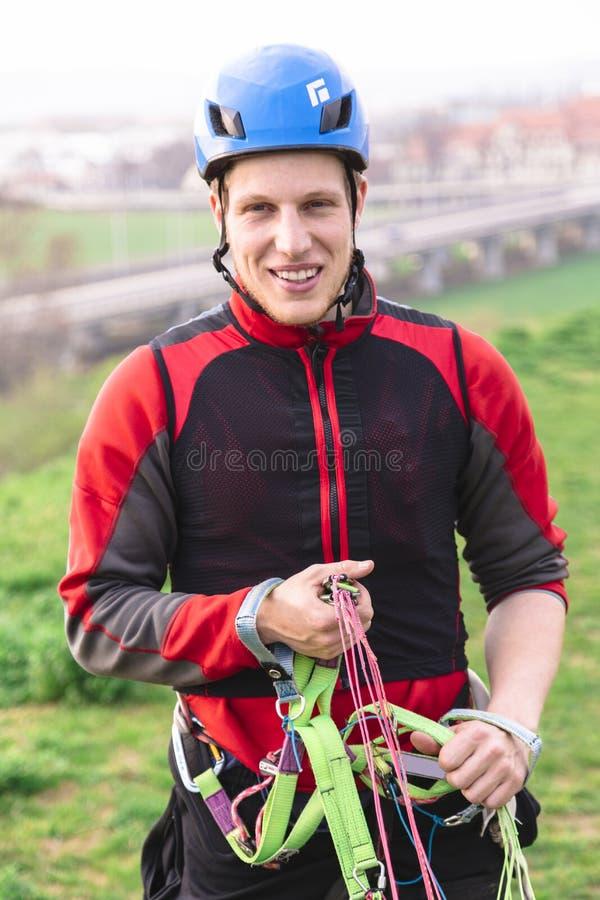 Ungt rymma för fallskärmshoppare hoppa fallskärm remmar och leenden royaltyfri foto