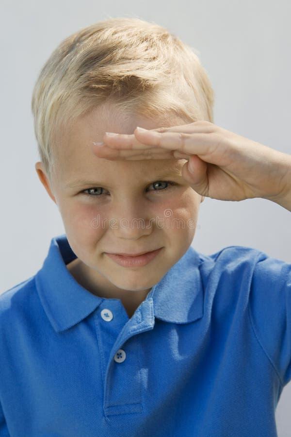 Ungt salutera för pojke fotografering för bildbyråer
