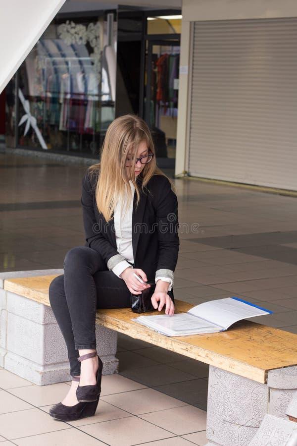 Ungt sammanträde för affärskvinna i affärsmitten och avtal med dokument royaltyfri foto