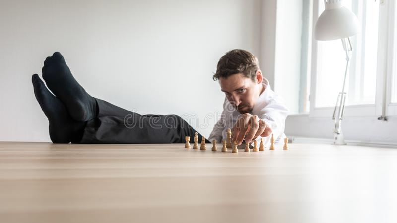 Ungt sitta för företagsledare som är avkopplat med hans ben på hans kontorsskrivbord royaltyfri bild