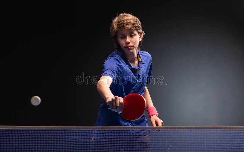 Ungt spela för pojke knackar pongbordtennis arkivfoto