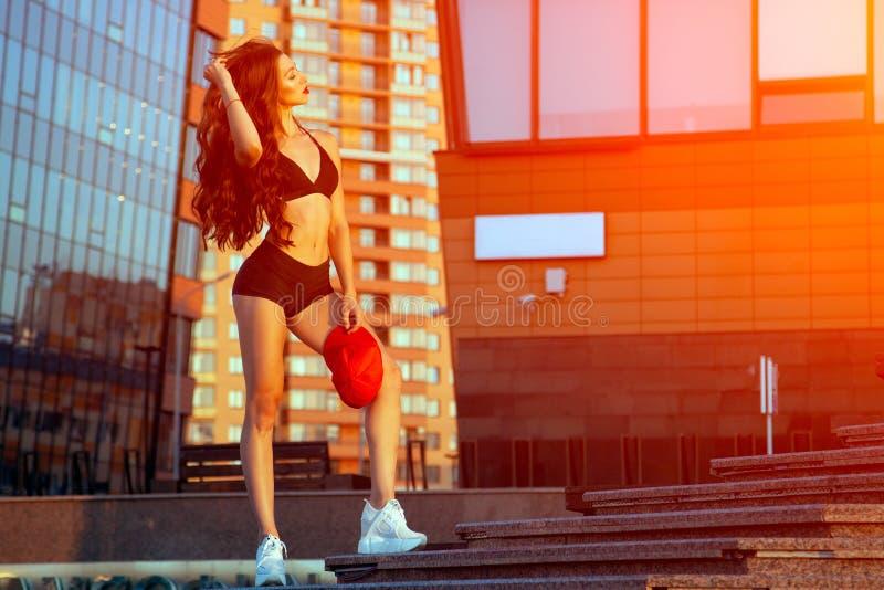 Ungt sportigt posera för kvinna arkivfoton
