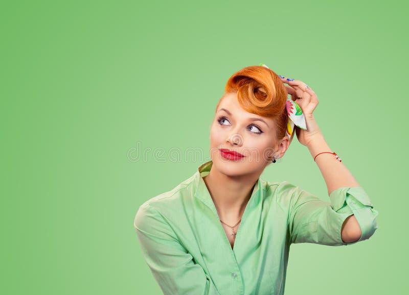 Ungt stift för Headshot upp kvinnan som skrapar huvudet, tänkande dagdrömma arkivbilder