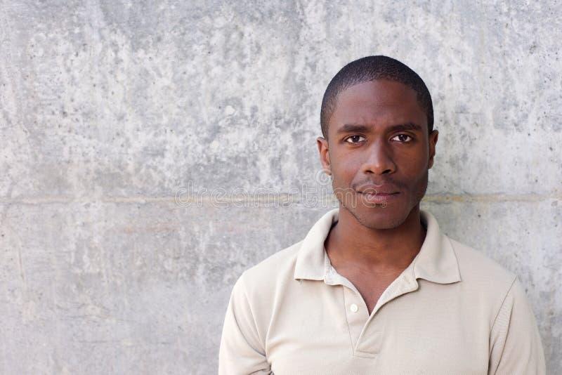 Ungt stirra för svart man fotografering för bildbyråer