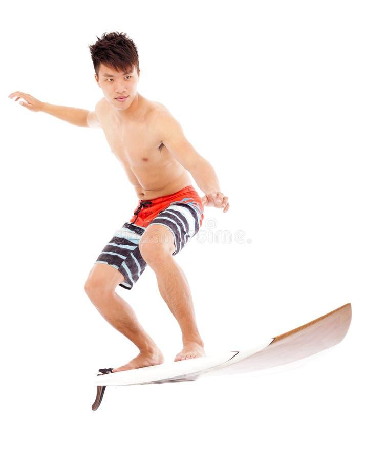 Ungt surfa för surfareövning poserar arkivbilder