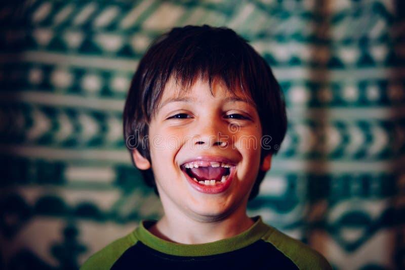 Ungt tandlöst le för pojke royaltyfri bild